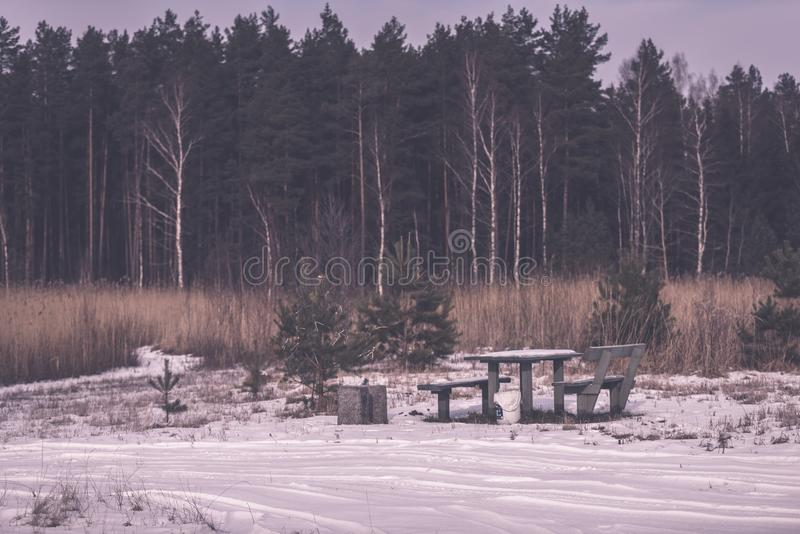 由河的野营的和休息区有长凳和壁炉的- 库存照片