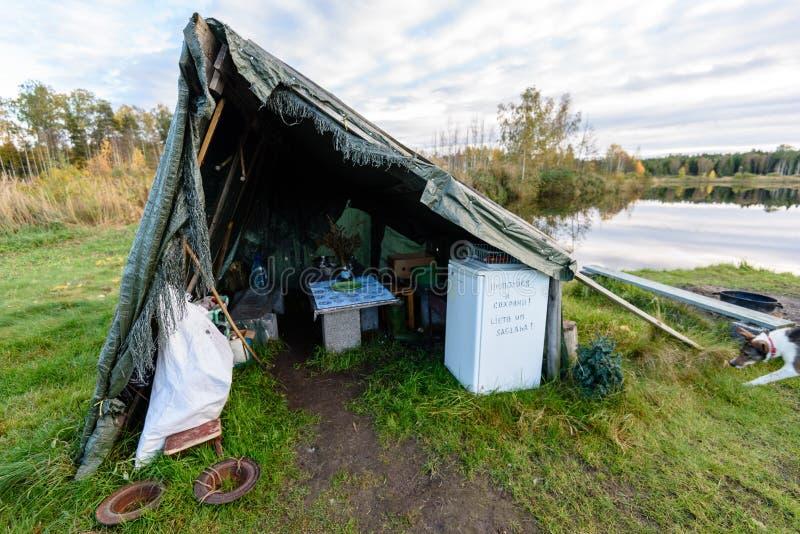 由河的野营的和休息区有长凳和壁炉的 库存图片