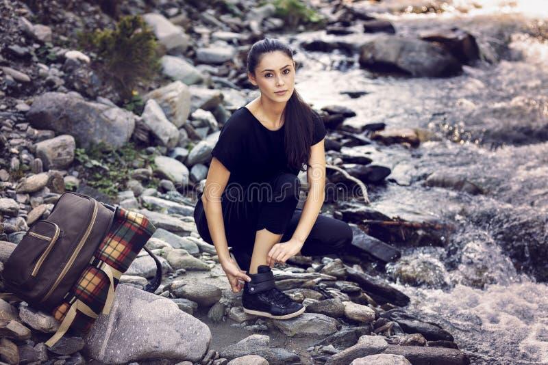 由河的年轻亚裔妇女远足者 库存图片