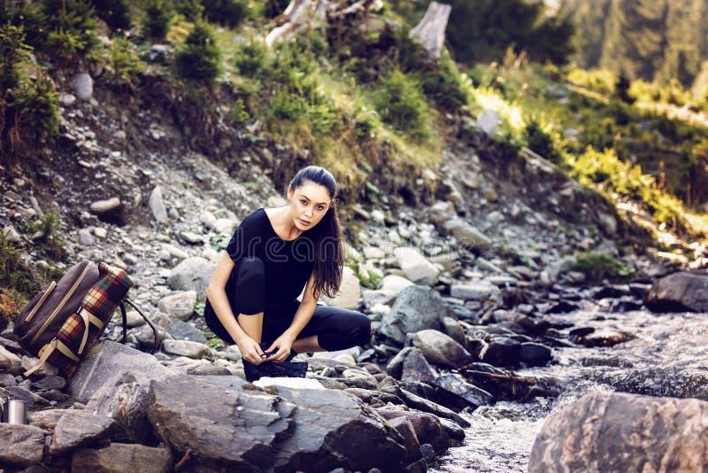 由河的年轻亚裔妇女远足者 免版税库存照片