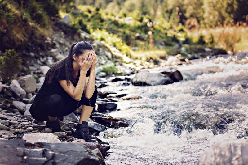 由河的年轻亚裔妇女远足者 免版税图库摄影