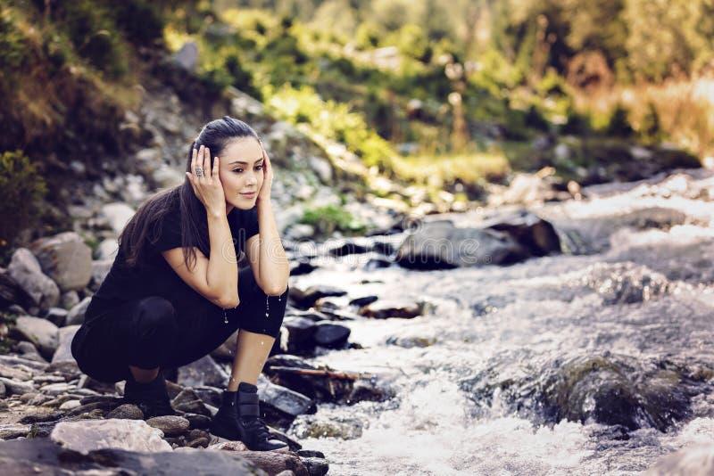 由河的年轻亚裔妇女远足者 免版税库存图片