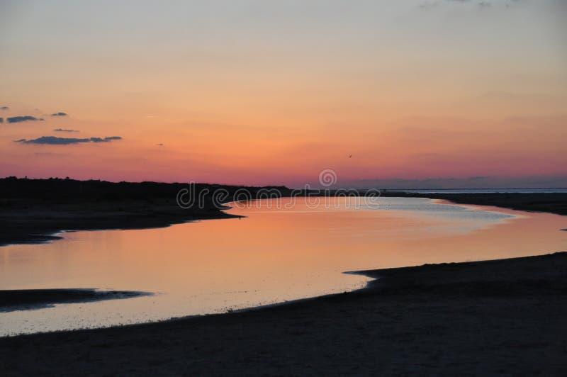 由河的紫色天空海滩的 免版税库存照片