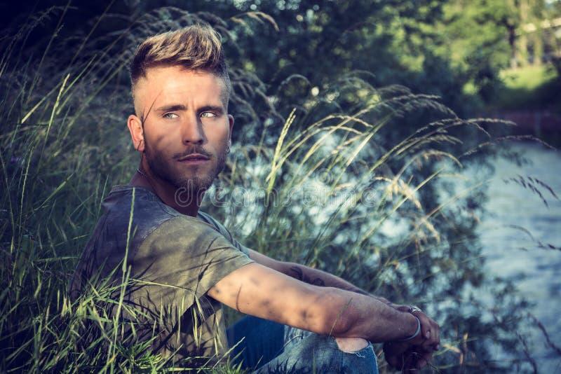 由河的blondish,蓝眼睛的年轻人. beauvoir, 阳光.图片