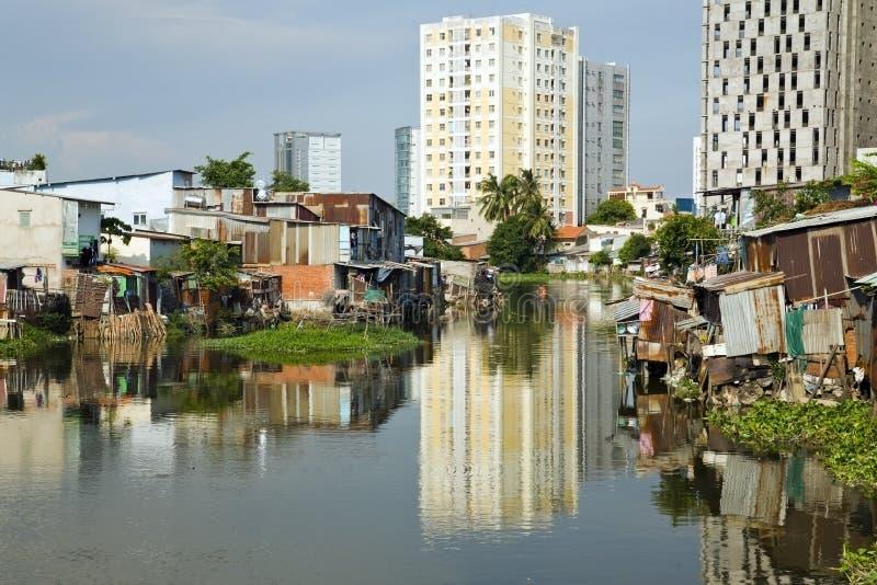 由河,西贡,越南的胡志明市贫民窟 库存图片