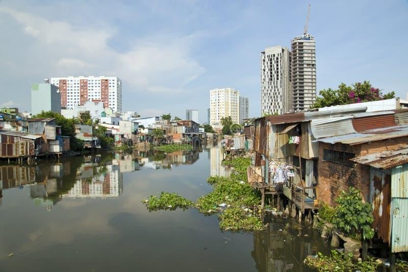 由河,西贡,越南的胡志明市贫民窟 库存照片