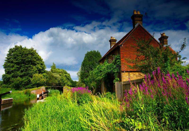 由河Wey的英国村庄 库存图片
