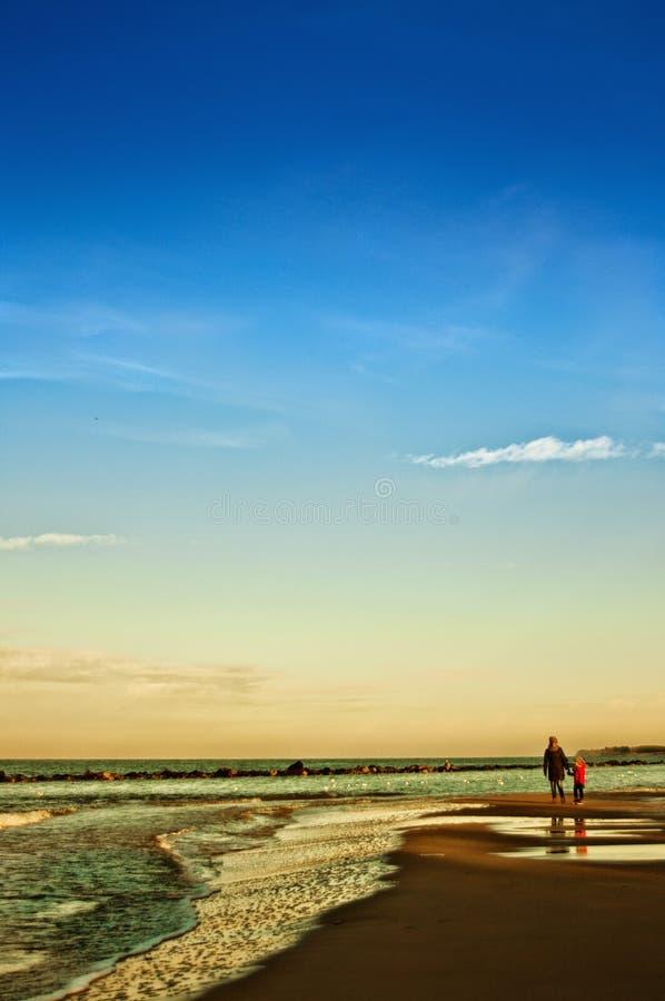 由波罗的海、母亲和女儿的冬天步行 库存照片
