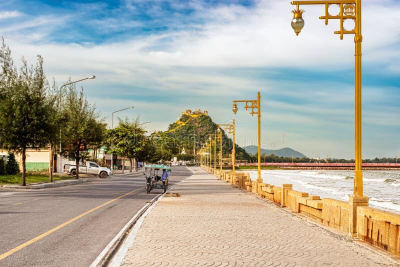 由海和猴子小山散步在Prachuap Khi镇  库存照片