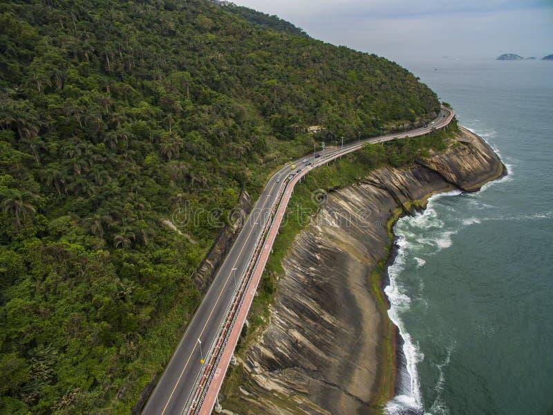 由海和自行车道路的高速公路 在海旁边的柏油路 汽车广告背景 库存图片