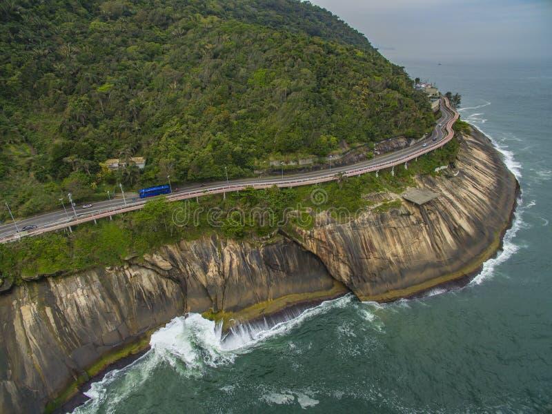 由海和自行车道路的高速公路 在海旁边的柏油路 汽车广告背景 库存照片