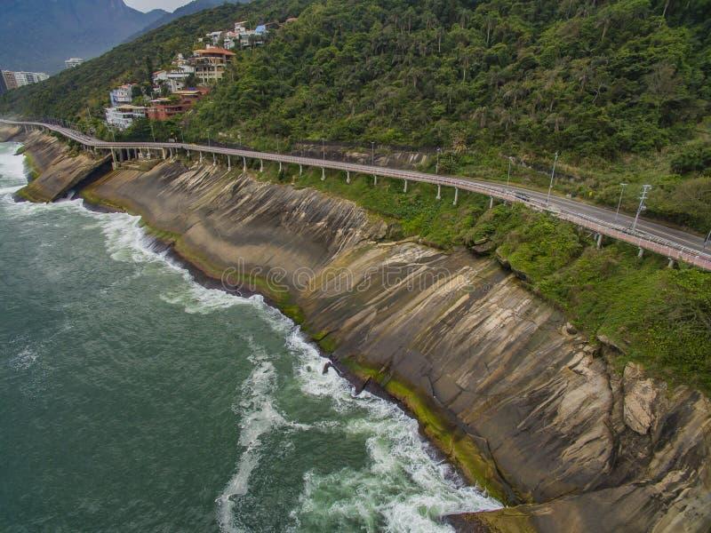 由海和自行车道路的高速公路 在海旁边的柏油路 汽车广告背景 免版税库存图片