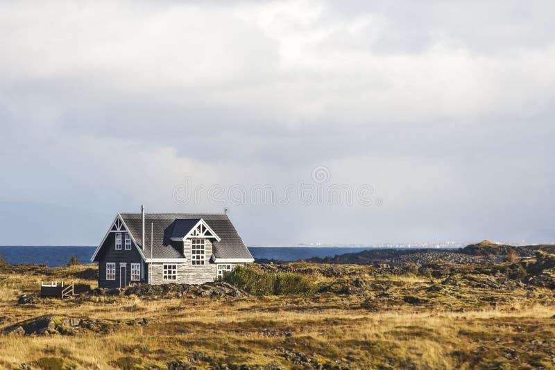 由海和风景的偏僻的房子 免版税库存照片