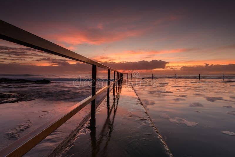 由海洋水池的日出 库存图片