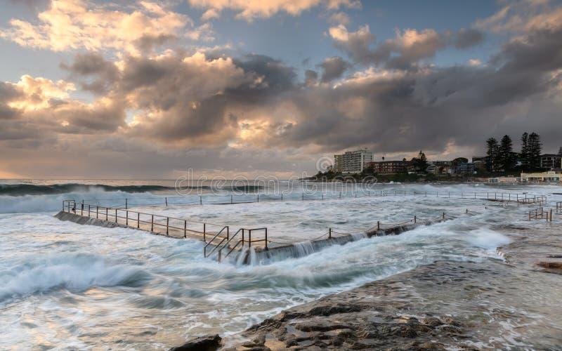由海洋水池的日出 免版税图库摄影