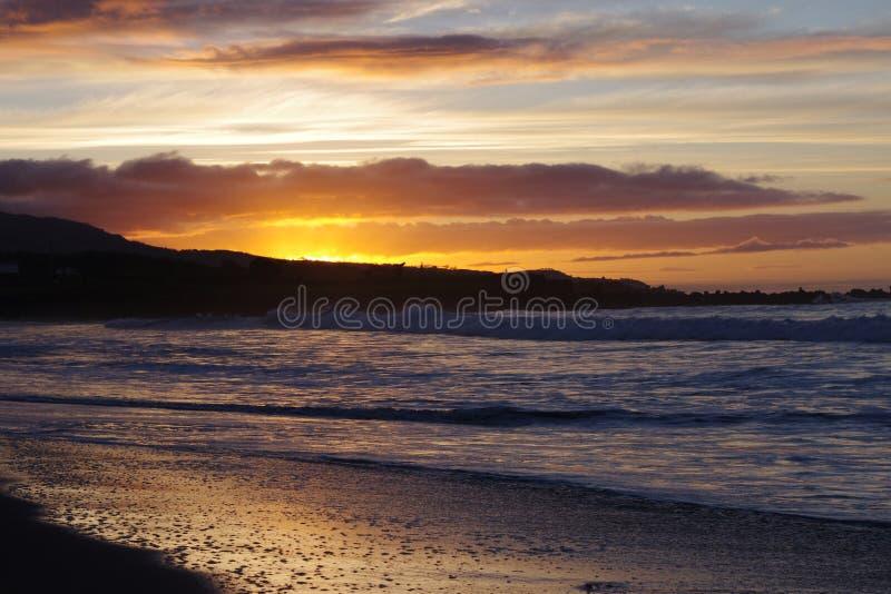 由海洋的日出 库存照片