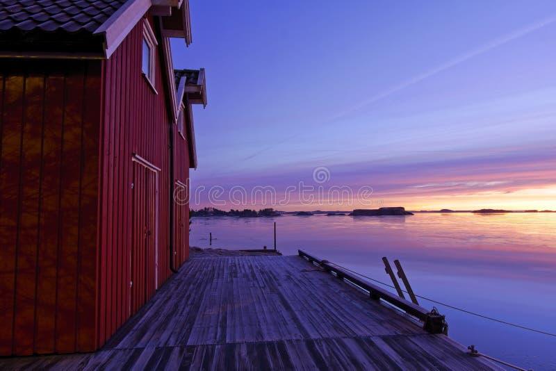 由海湾的船库美好的早晨光的 免版税库存照片