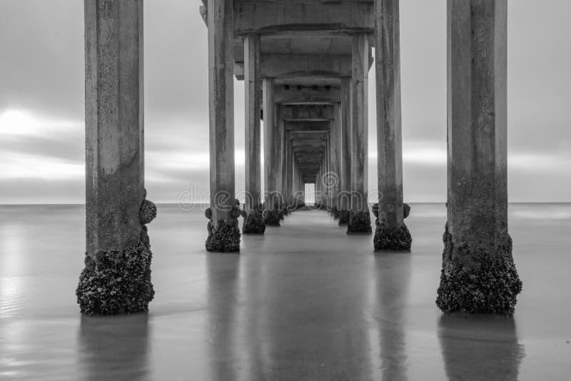由海滩的多云日落 库存图片