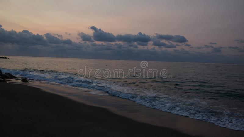 由海滩的日出风景 库存图片