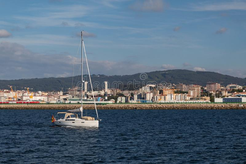 由海的一个风船航行 免版税库存照片