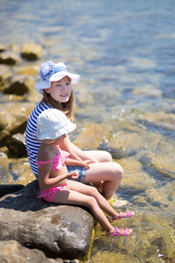 由海的两个孩子 图库摄影