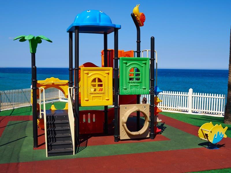 由海的五颜六色的操场 免版税库存照片