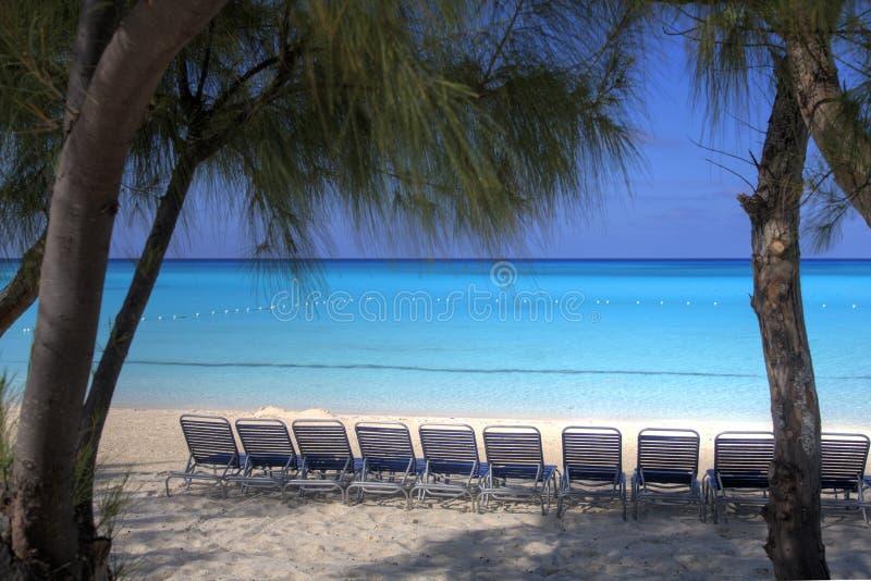 由海的可躺式椅 免版税库存照片