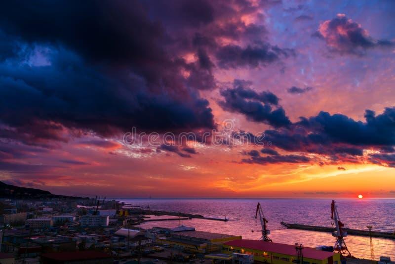 由海的城市 萨哈林岛 Kholmsk 免版税库存图片