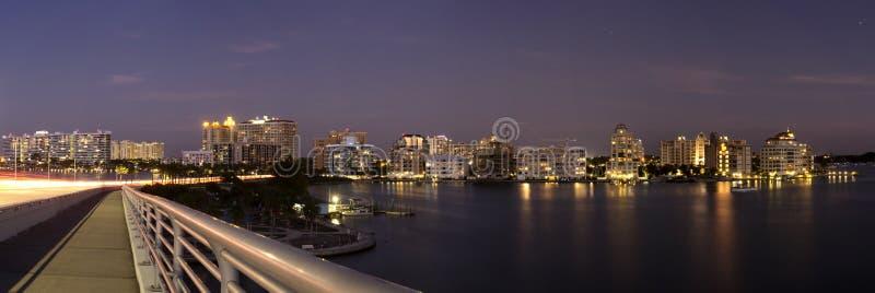 由海的城市 免版税库存图片