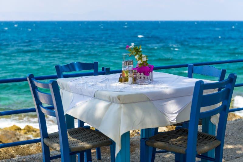 由海的小酒馆在希腊 库存照片