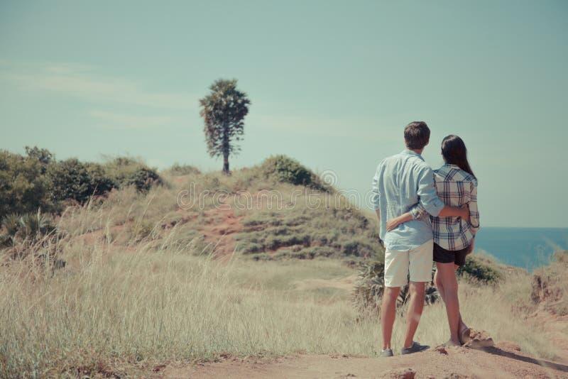 由海的年轻夫妇 免版税库存照片