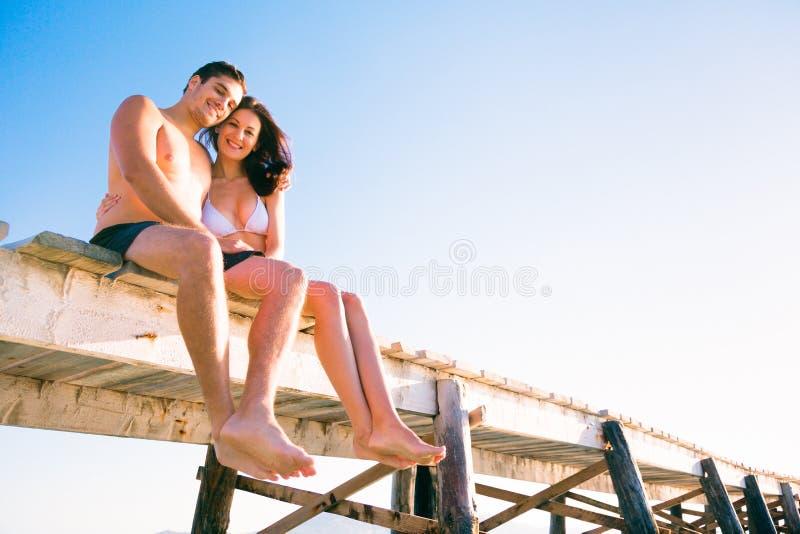 由海的年轻夫妇 库存图片