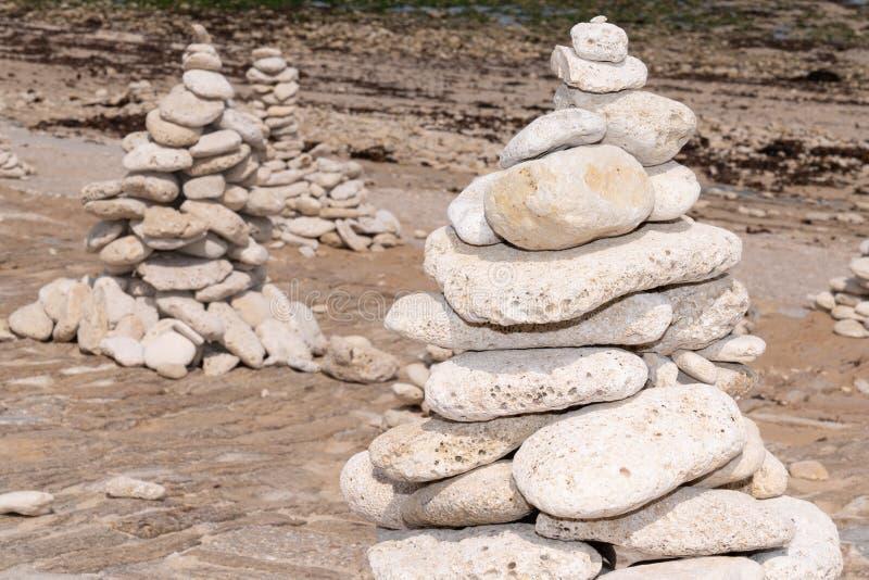 由海的旅游金字塔禅宗小卵石塔海滩的 免版税库存照片