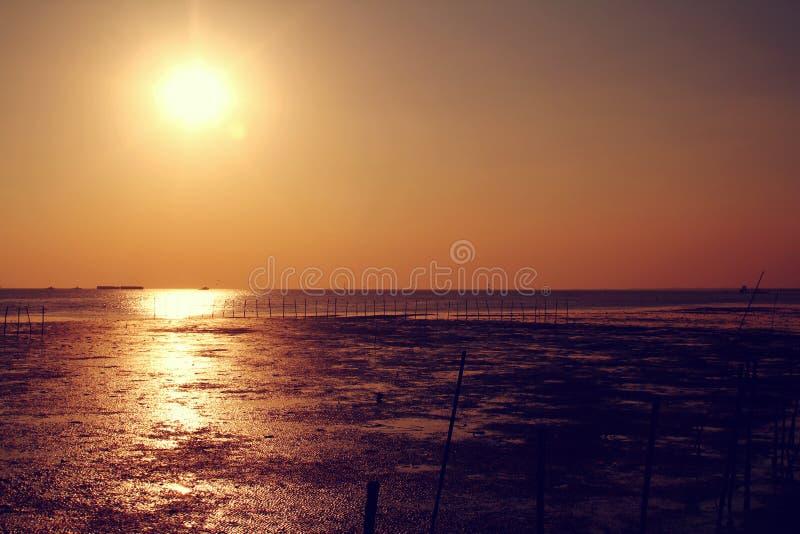 由海的橙色天空 免版税库存照片