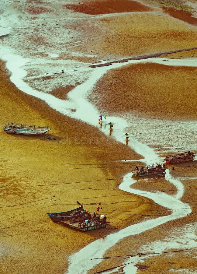 由海的渔夫在setsun下 库存图片