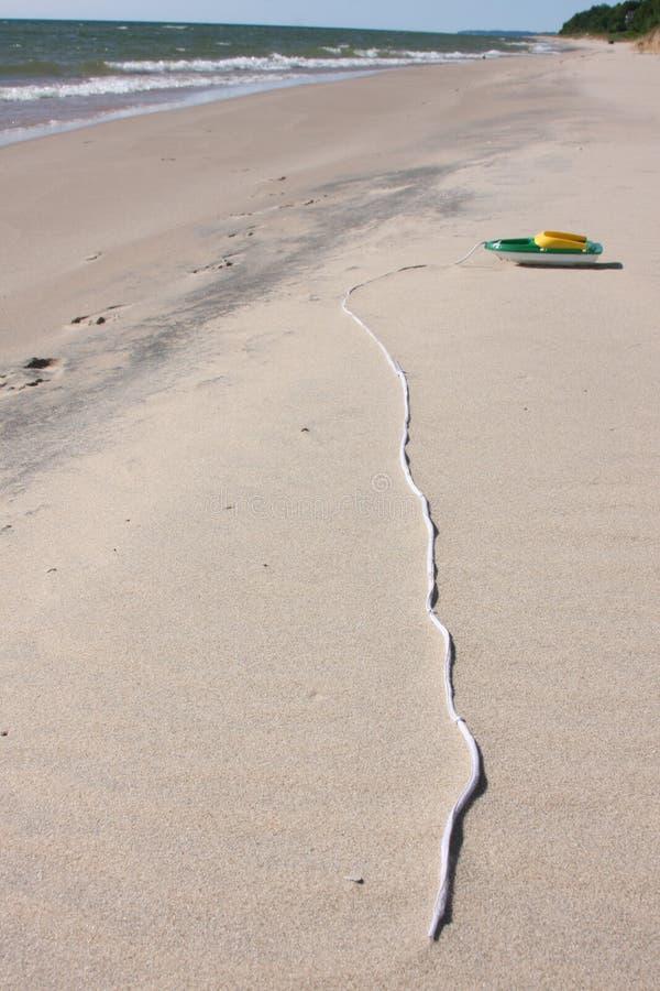 由海的玩具小船 免版税库存照片