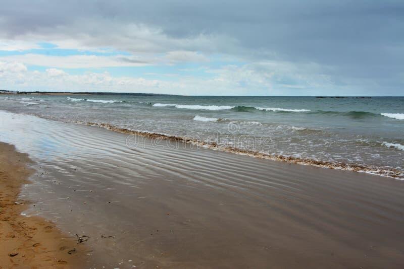 由海的风雨如磐的云彩,海滩 图库摄影