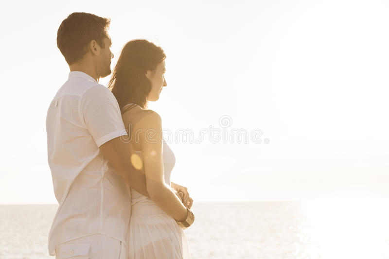 由海的年轻夫妇 免版税库存图片