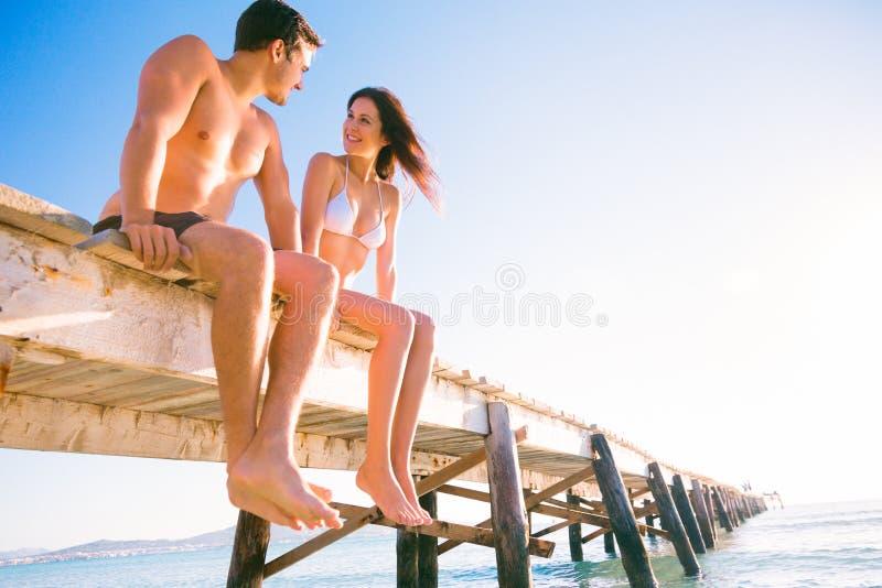 由海的年轻夫妇 免版税图库摄影