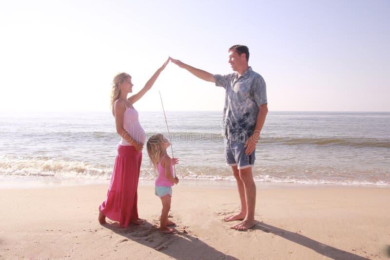 由海的年轻家庭 免版税库存图片