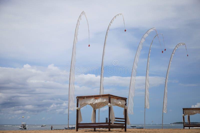 由海背景的风旗子在巴厘岛 库存照片