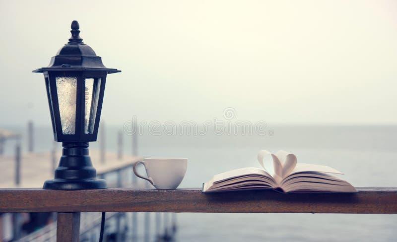 由海边的书和咖啡时间 免版税库存图片
