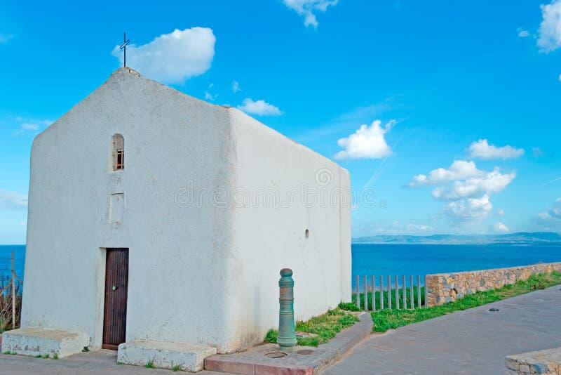 由海运的一点教堂 库存图片