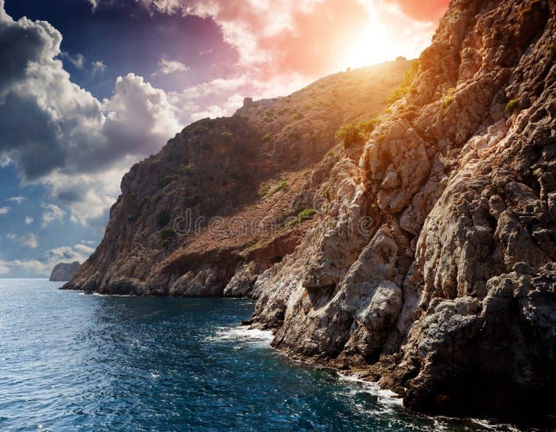 由海运的峭壁 免版税库存照片