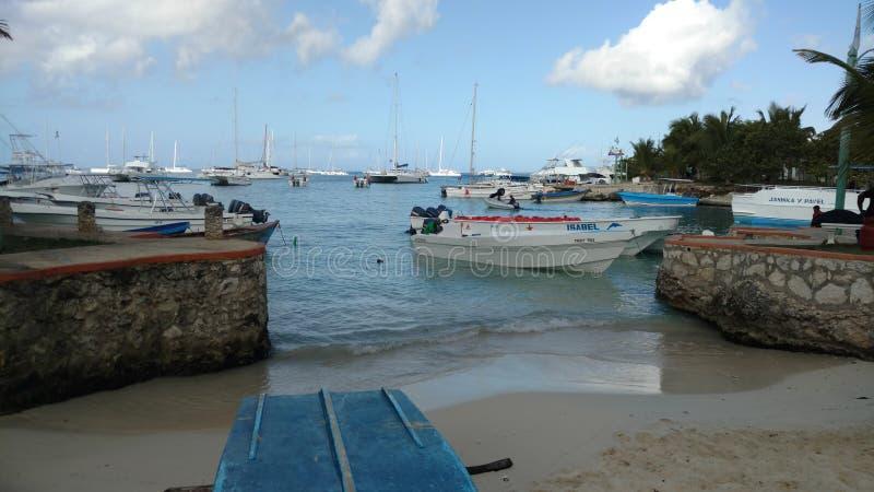 由海滩的小船 库存照片