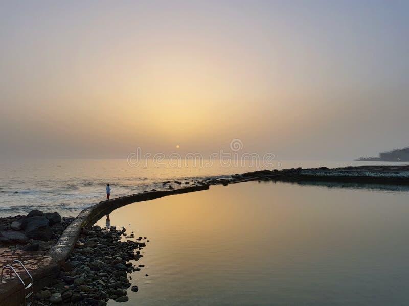 由海洋的日落 库存图片
