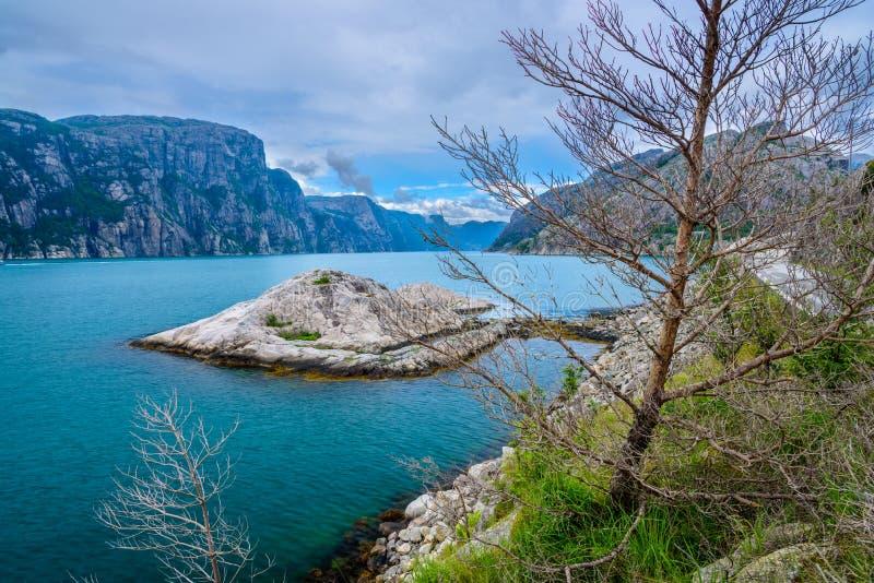 由海洋的美好的挪威风景在桑德尔福德,挪威 免版税库存图片
