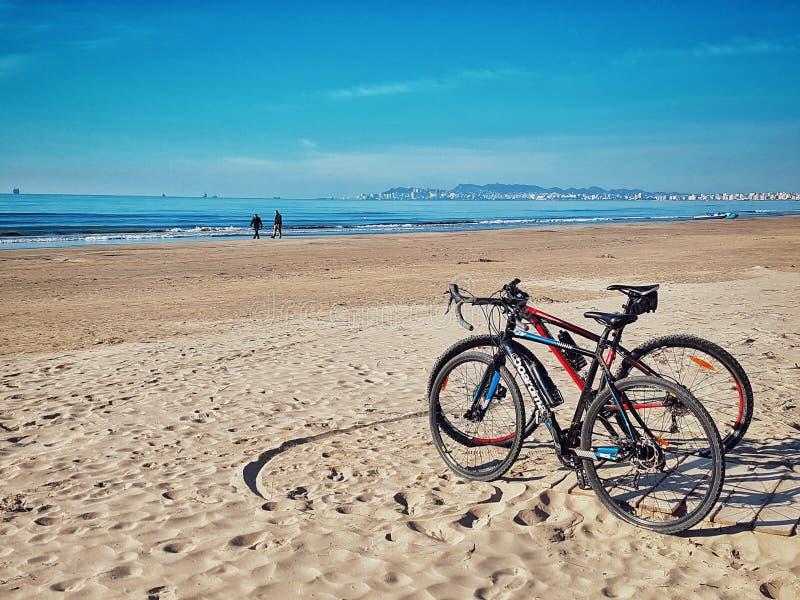 由海滩的自行车 库存图片
