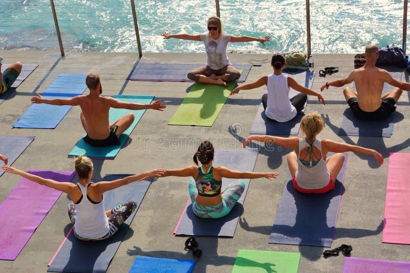 由海Bondi澳大利亚的瑜伽 免版税库存照片