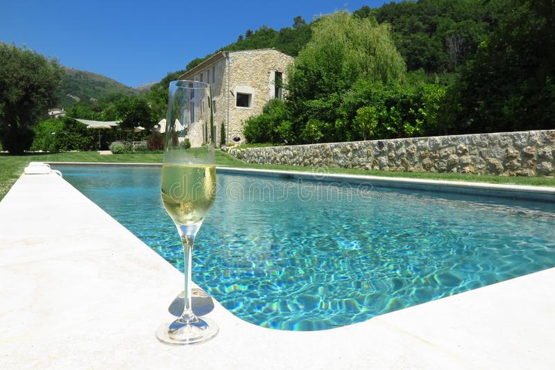由游泳池的香宾在普罗旺斯,法国 免版税库存图片